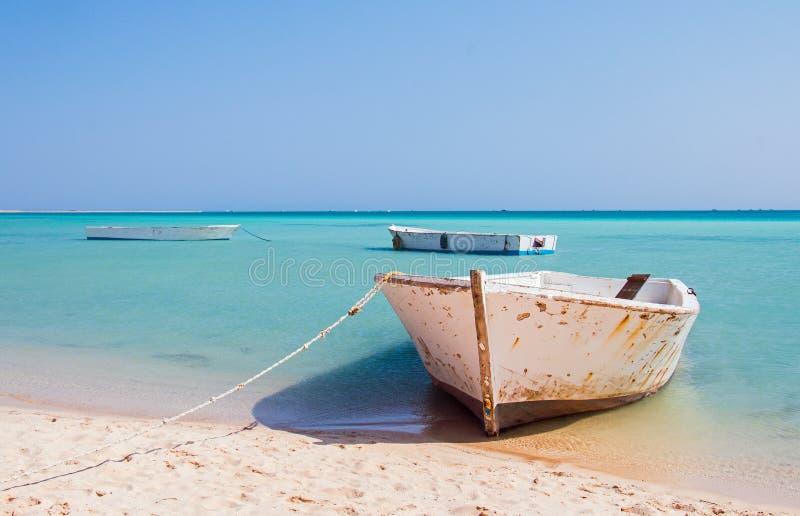 Boten op het Egyptische strand stock afbeeldingen