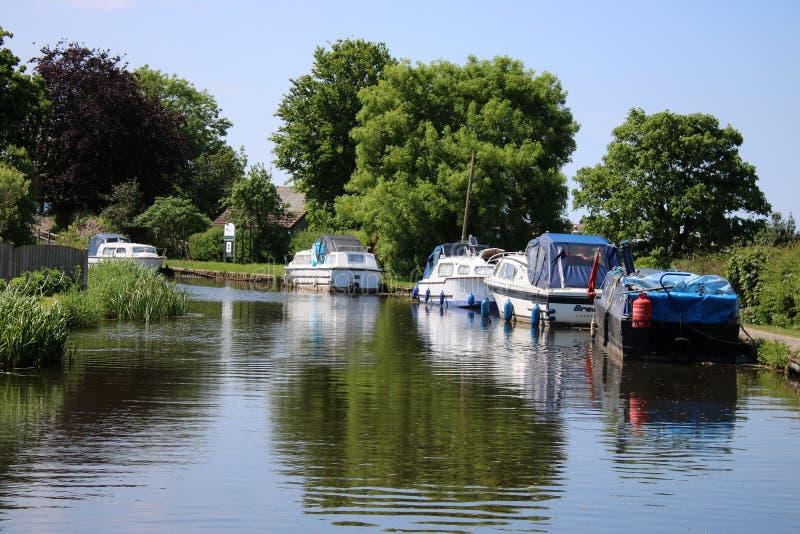 Boten op het kanaal van Lancaster bij Hest-Bank, Lancashire royalty-vrije stock fotografie