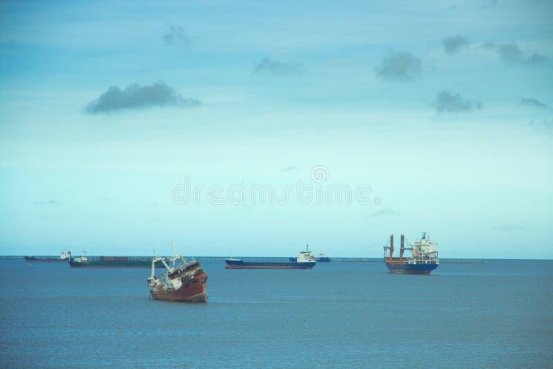 Boten op het overzees met een grote hemel op hen stock afbeelding