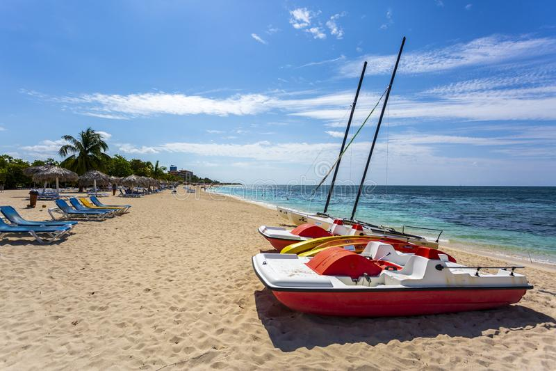 Boten op het strand Playa Ancon dichtbij Trinidad stock afbeelding