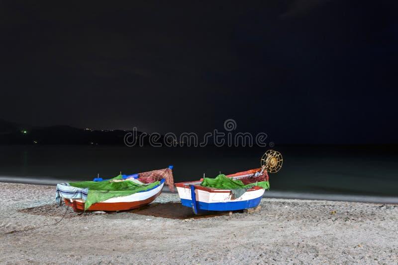 Boten op het strand van Calahonda, Nerja, Malaga stock foto's