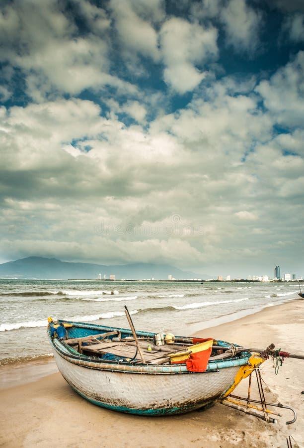 Boten op het strand van Da Nangstad, Vietnam royalty-vrije stock foto's