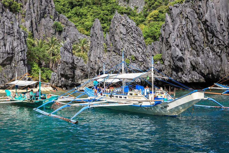 Boten op het strand van Gr Nido, Filippijnen royalty-vrije stock foto's