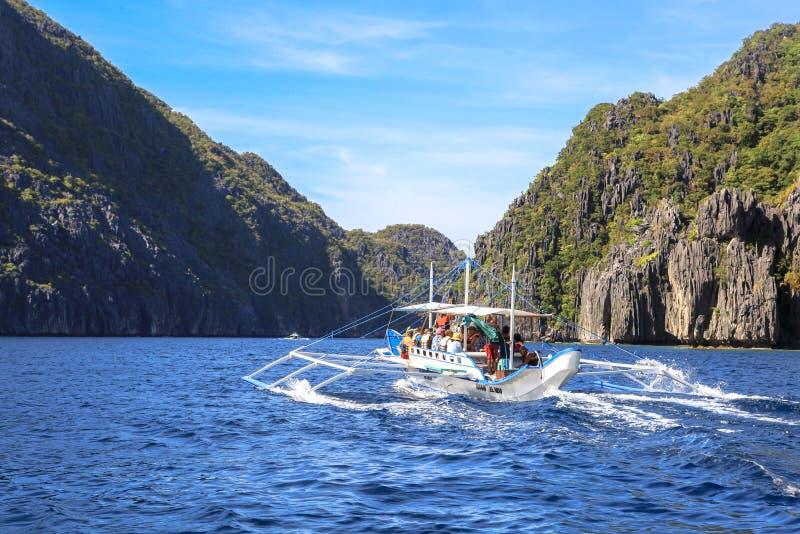 Boten op het strand van Gr Nido, Filippijnen stock foto's