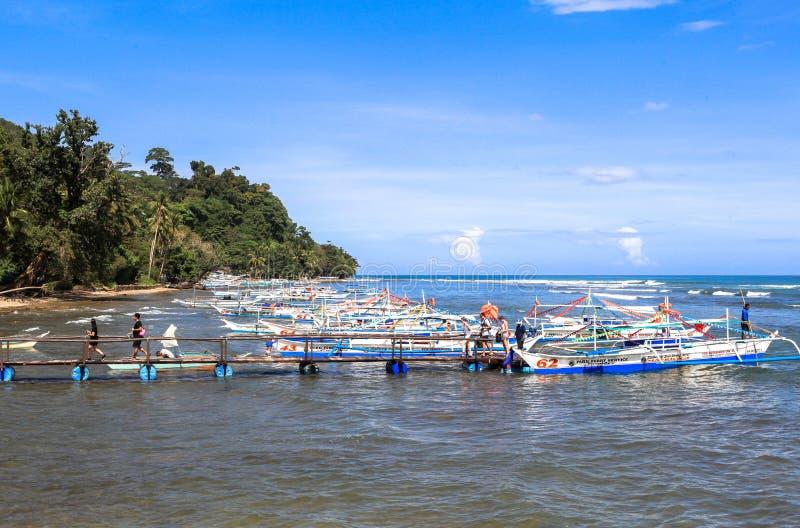 Boten op het strand van Puerto Princesa, Filippijnen royalty-vrije stock foto