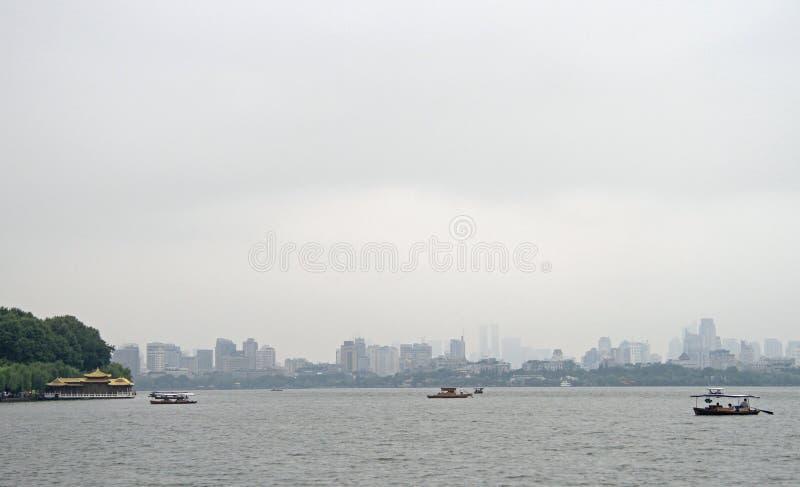Boten op het Westenmeer in Hangzhou stock afbeelding