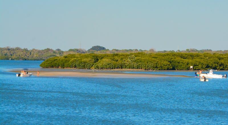 Boten op het zandige strand worden uitgetrokken dat royalty-vrije stock foto