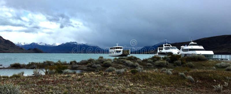 Boten op Lago Argentino door Estancia Cristina, Patagonië, Argentinië stock afbeeldingen