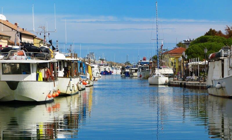 Boten op Leonardesque-Kanaalhaven in Cesenatico, Italië stock foto's