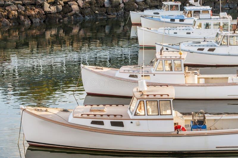 Boten op Maine-kustlijn stock afbeeldingen