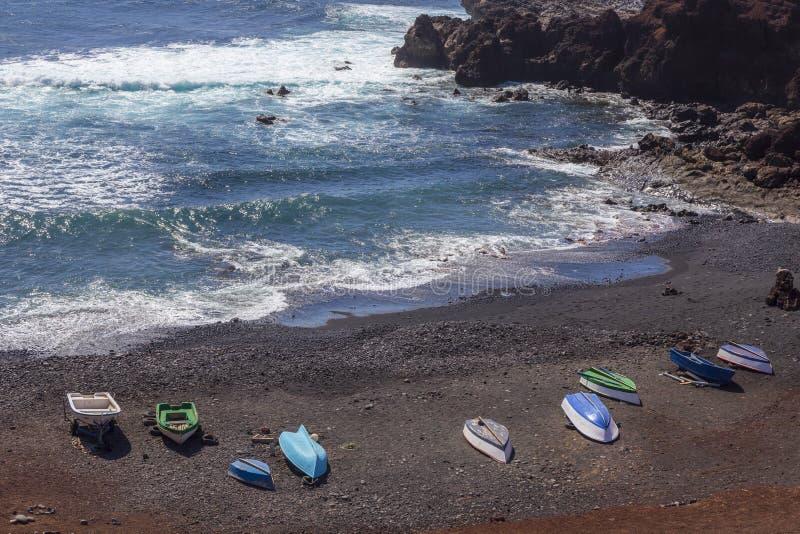 Boten op strand dichtbij het dorp van Gr Golfo in Lanzarote Canarische Eilanden spanje stock fotografie