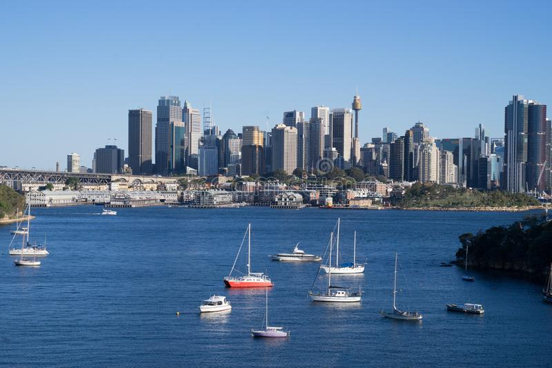 Boten op Sydney Harbour, tijdens mooie zonnige dag in het weekend worden gekruist die Australische liefde die van zonnige dag op  stock foto