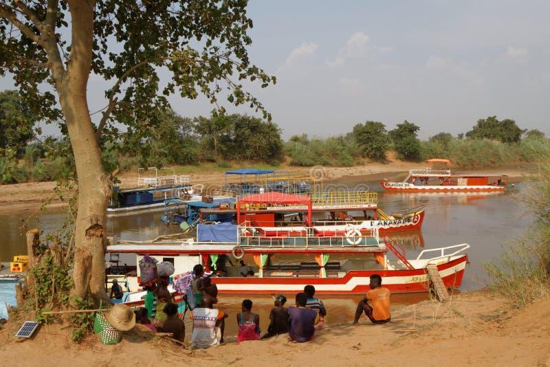 Boten op Tsiribhine-rivier stock afbeeldingen