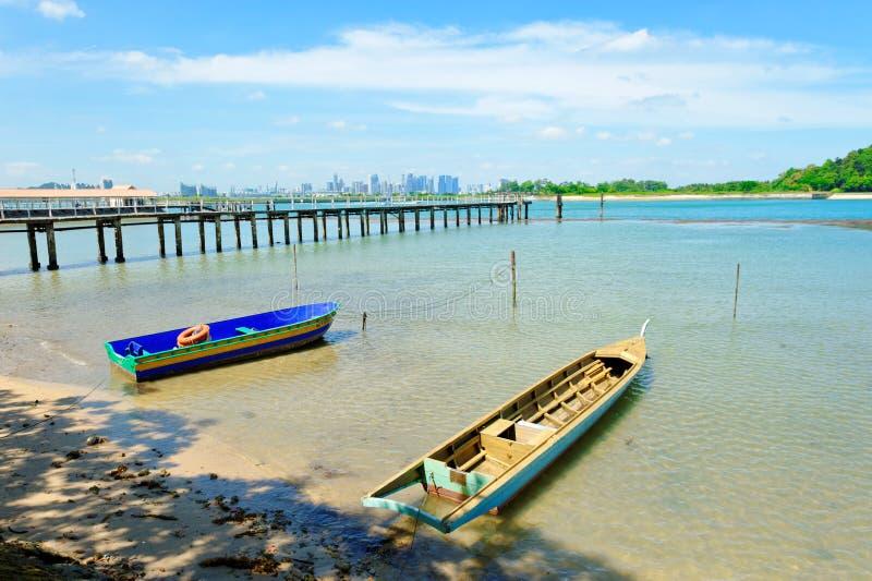 Boten, pier en de horizon van Singapore bij St John Island royalty-vrije stock foto
