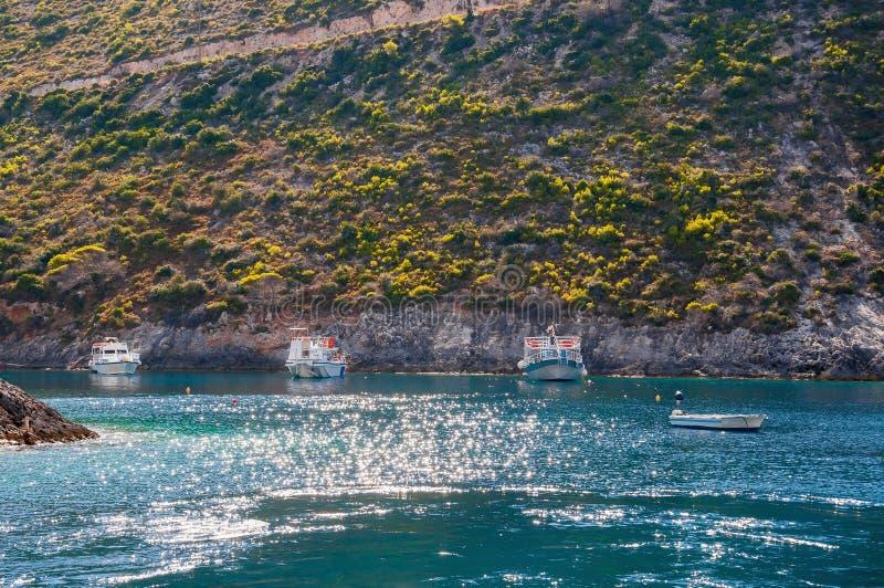 Boten in Porto Vromi worden vastgelegd die stock foto's