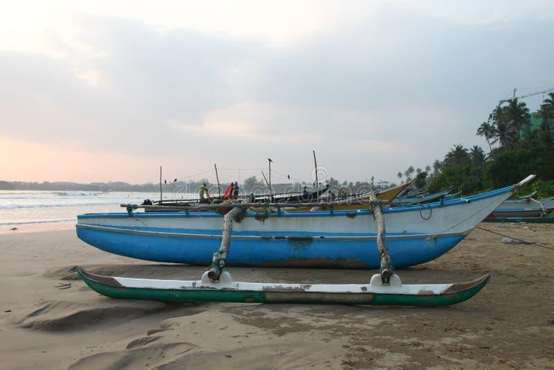 Boten Sri Lanka op het strand stock afbeelding