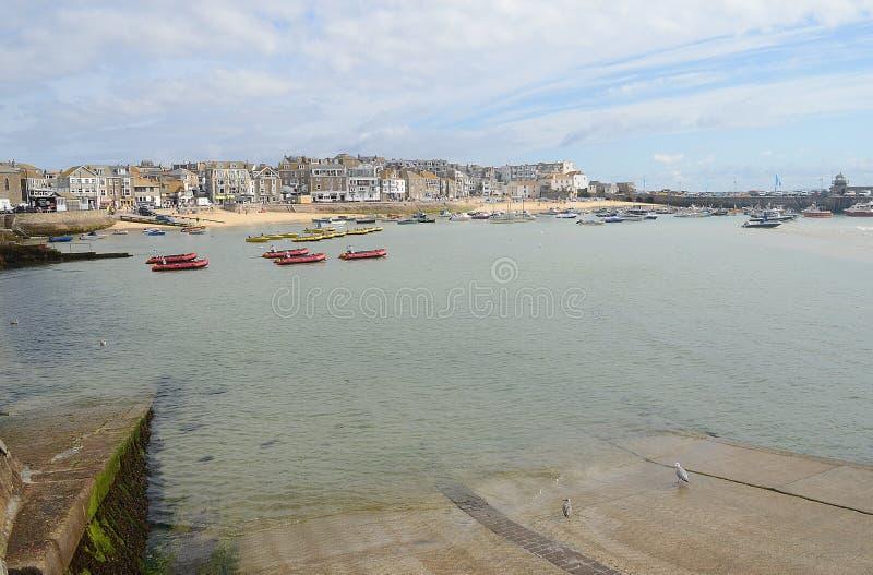 Boten in St Ives haven stock afbeelding