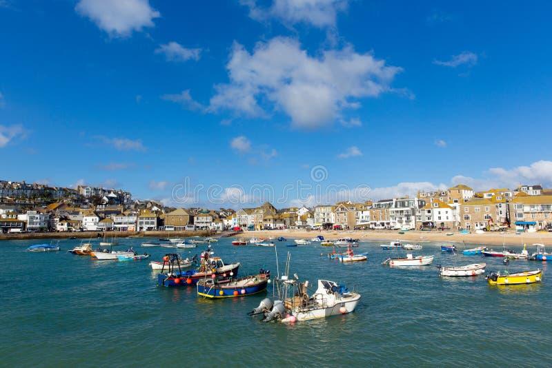 Boten in St Ives haven Cornwall Engeland op een kalme de zomerdag stock foto's