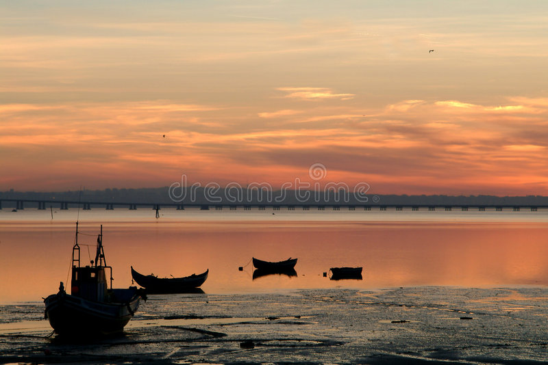 Download Boten Van Vissen Bij Zonsondergang Stock Foto - Afbeelding bestaande uit vrede, rust: 296132