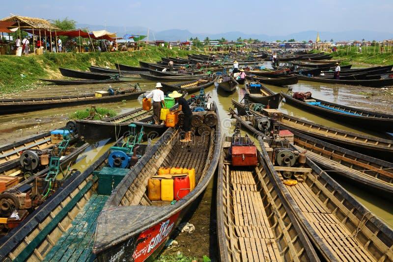 Boten voor markt in Inle-meer dat, Myanmar worden verzameld stock afbeelding