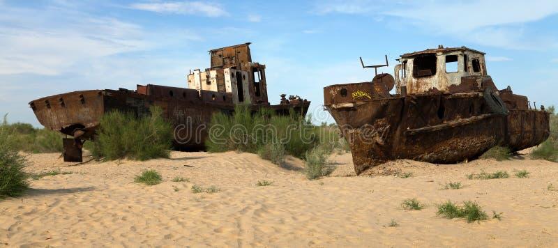 Boten in woestijn rond het overzees van Moynaq - Aral of Aral meer - Oezbekistan - Azië stock afbeelding