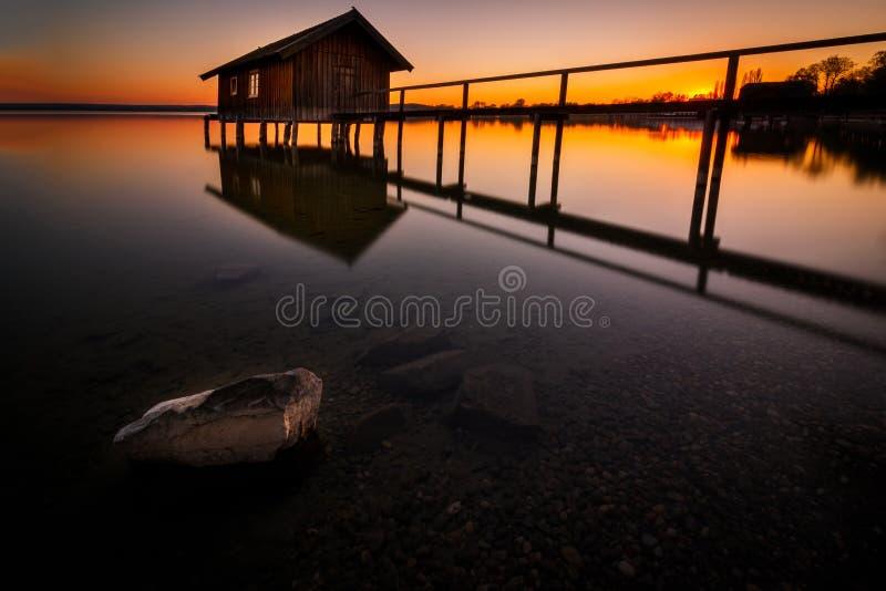 Botenhuis in Stegen in Ammersee bij zonsondergang in Beieren Duitsland stock foto's