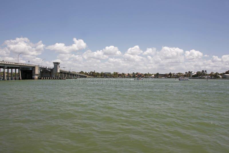 Botenpit rond dichtbij de ophaalbrug in Sarasota stock foto's