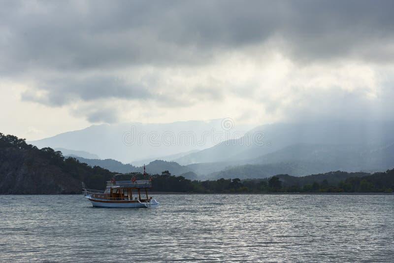 Botenzeil op een regenachtige dag, sombere hemel in Turkije royalty-vrije stock afbeelding