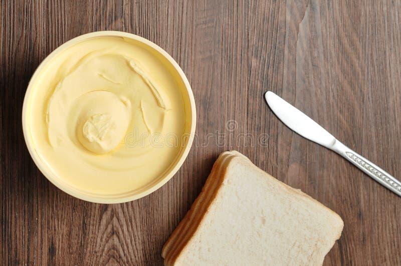Boter, brood en een mes royalty-vrije stock foto's