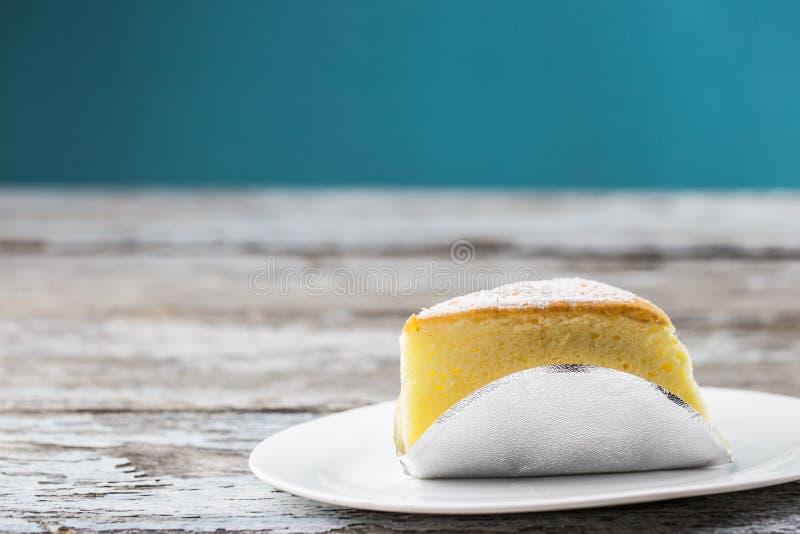 Boter gesneden cake royalty-vrije stock afbeeldingen