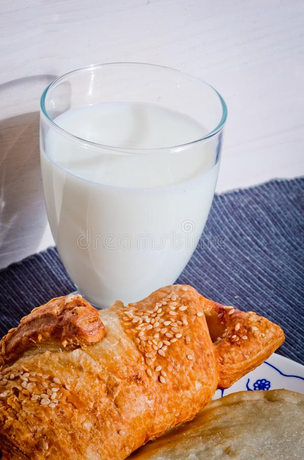 Boterdiecroissant met sesamzaden met vers glas melk worden gebakken royalty-vrije stock foto