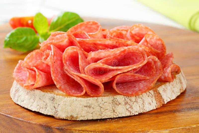 Brood met droge salami royalty-vrije stock foto