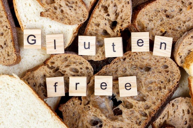 Boterhammen en de tekstclose-up van het Gluten vrij teken stock foto