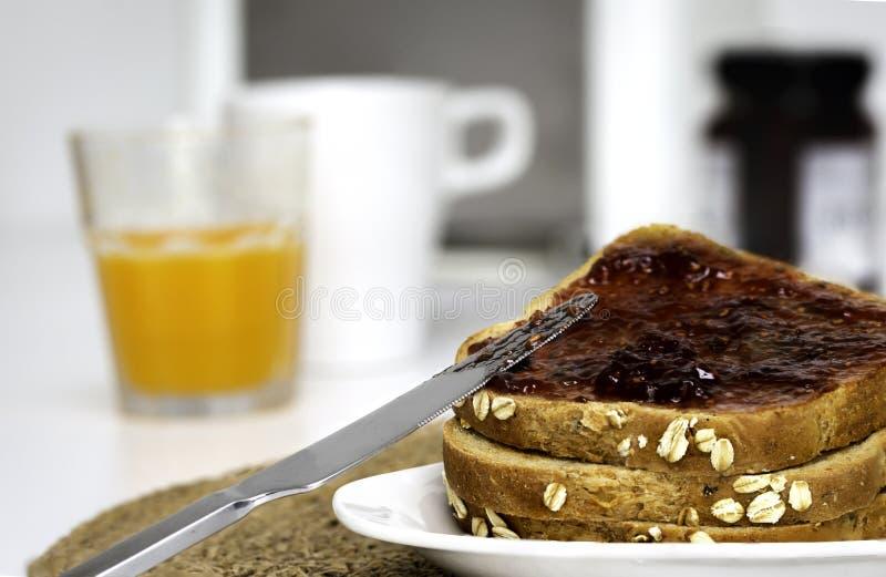 Boterhammen met toostbrood met eigengemaakte aardbeijam voor ontbijt royalty-vrije stock fotografie