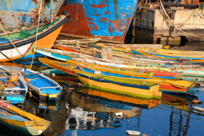 Botes coloridos no porto de pesca em Visakhapatnam, Índia fotografia de stock