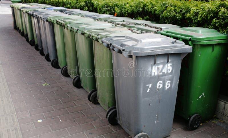 Botes de basura fotos de archivo