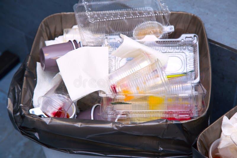 Botes de basura con basura papelera llenada de las basuras imagen de archivo libre de regalías