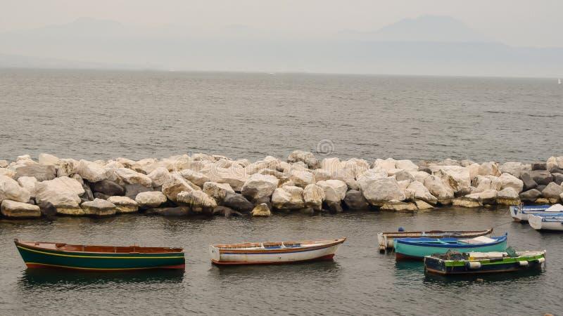Botes de remos en el puerto en Nápoles Italia imagen de archivo libre de regalías