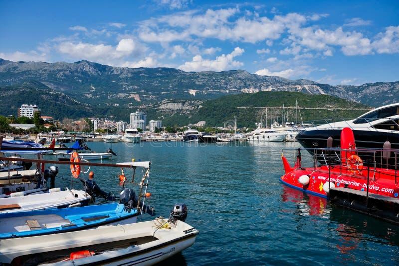 Botes e iate super, porto de Dubva, Montenegro imagem de stock