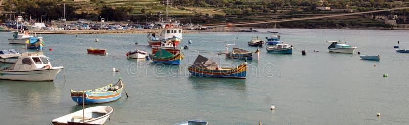 Botes no porto da aldeia piscatória imagem de stock royalty free