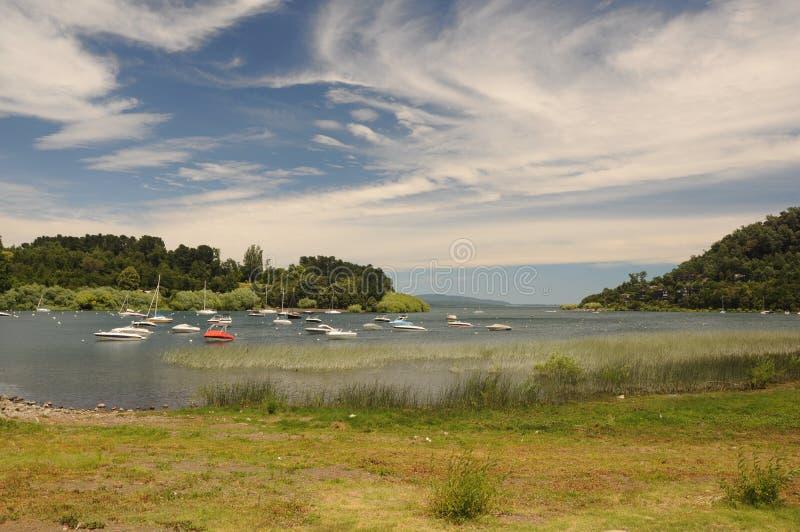 Botes no porto no lago Villarica em Pucon C?u dram?tico com nuvens Humor do verão no lago pequeno com barcos de navigação fotografia de stock