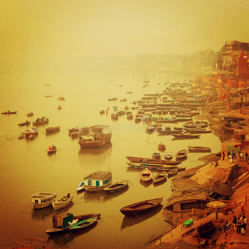 Botes no rio de Ganga - efeito do vintage Foto do nascer do sol com filtro retro fotos de stock