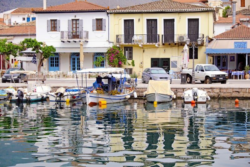 Botes pequeños amarrados en el puerto interno de Galaxidi, Grecia fotografía de archivo libre de regalías