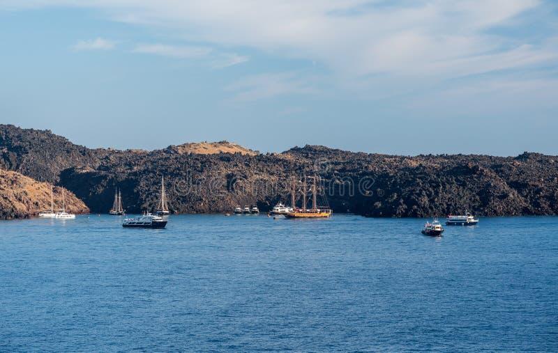 Botes pequeños en el puerto de la isla volcánica de la caldera por Santorini fotos de archivo libres de regalías