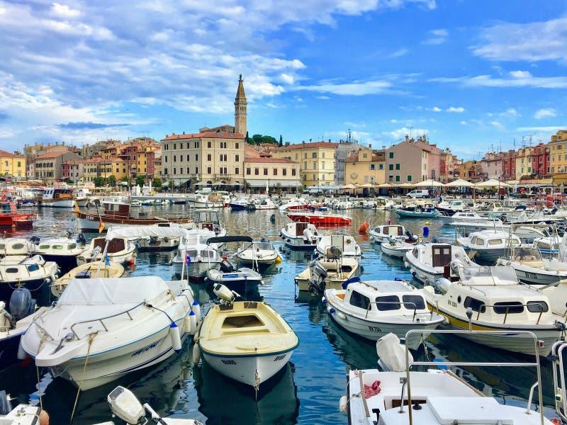 Botes pequeños llenos en la bahía en un día de verano hermoso en Rovinj, Croacia en la península de Istria foto de archivo