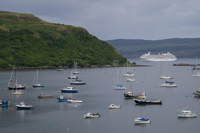 Botes pequeños y barco de cruceros grande foto de archivo libre de regalías