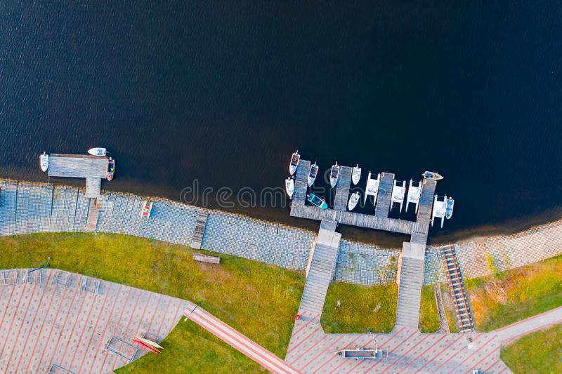 Botes pequeños y yates parqueados a lo largo de orilla en remar el canal imagen de archivo