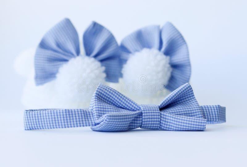 Botines lindos del bebé con poca corbata de lazo foto de archivo