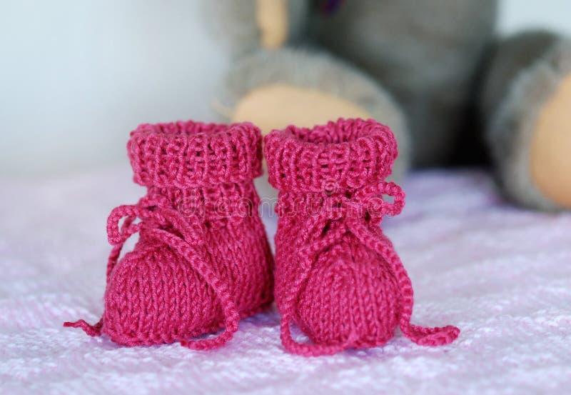 Botines rosados del bebé fotos de archivo