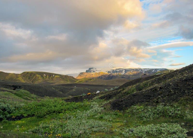 Botnar-Ermstur campingplats och solnedgång ovanför det vulkaniska landskapet, Laugavegur slinga från Thorsmork till Landmannalaug royaltyfri foto